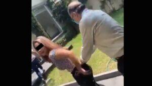 Reúnen firmas para retirar patente a notario que agredió a su esposa en la calle