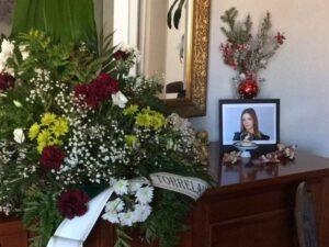 Padre intenta animar a su hija con flores y monta un altar que parece de muertos