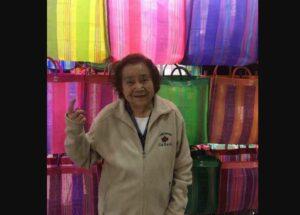 Tras polémica de Zara, vendedora aprovecha para promocionar sus bolsas
