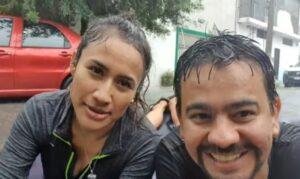 """Pareja navega en colchón inflable por calles de Apodaca, Monterrey, tras paso de """"Hanna"""""""
