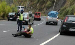 Policía tranquiliza con videos en su celular a niño tras un accidente de tránsito