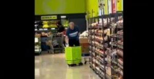 Captan a empleado de un supermercado limpiando las canastillas con saliva