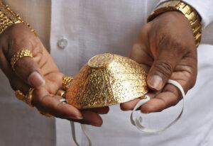 Hindú fabrica cubrebocas de oro para usarlo durante pandemia