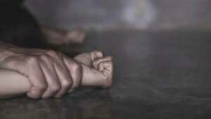 Adolescente asesina a su padrastro cuando intentaba violarla