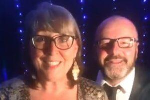 Cantante británico sufre infarto durante un concierto en línea