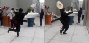Un joven baila frente al ataúd de su madre para despedirse de ella