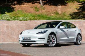 Joven alemán compra por error 28 autos Tesla