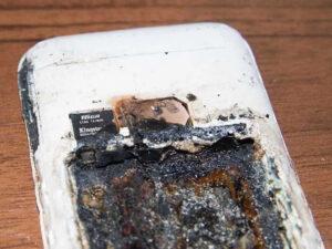 Joven muere al explotar el celular que dejó cargando mientras dormía