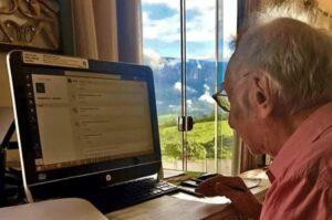 A pesar de sus dificultades, un anciano de 92 años estudia en línea arquitectura