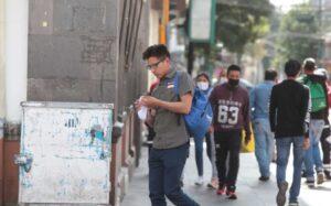 Diputados de la CDMX propone multas para quienes escupen en la calle