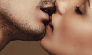 Besos durante el sexo son potentes transmisores de Covid-19