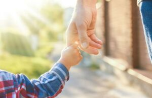 Pareja devuelve a niño que adoptó y ahora deberá pagar indemnización de 27 mil dólares