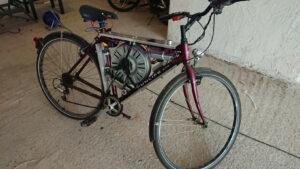 Joven adapta el motor de su lavadora a su bicicleta para hacerla eléctrica