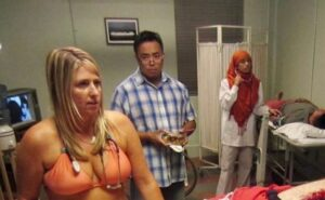 Doctora trabaja en bikini en protesta contra un estudio que considera sexista