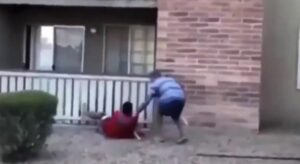 Joven atrapa en el aire a un niño que fue arrojado por su madre desde un edificio en llamas