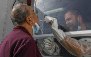 OMS modifica pautas tras evidencias de transmisión de coronavirus por el aire