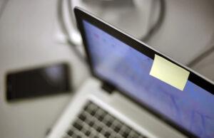 Apple recomienda no tapar la cámara de la MacBook porque se puede dañarla