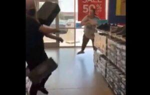 Mujer arroja cajas de zapatos a empleada que le pidió usar cubrebocas
