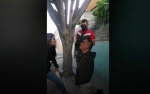 Ladrón se arrodilla y permite que su víctima lo golpee tras robarle su celular (VIDEO)