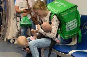 Joven reparte comida en Rusia con sus dos hijas en brazos