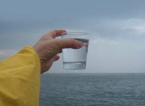Investigadores convierten agua de mar en potable con ayuda de luz solar