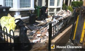 Empresa regresa escombros a casa de mujer que se negó a pagarles