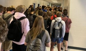 Alumnos de EU exhiben las nulas medidas sanitarias en su escuela y los suspenden