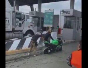 Motociclistas intentan evadir caseta en Ecatepec y quedan atascados en cemento fresco
