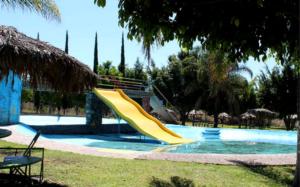 Pese a estar en semáforo rojo, reabren balnearios en Hidalgo