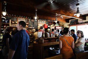 Albercas y museos reabrirán en CDMX; bares y cantinas podrán operar como restaurantes