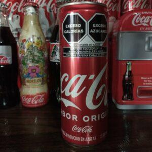 Así lucen las latas de refresco con el nuevo etiquetado
