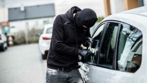 Ladrones intentan robar auto de doctor y solo logran llevarse ropa contaminada con Covid-19