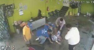 Golpean a un ladrón que intentó robar en un puesto de comida en la CDMX