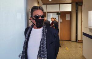 Detienen a multimillonario que se negó a usar mascarilla y se puso las bragas de su pareja