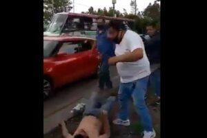 Comerciantes golpean a presunto ladrón de flores en la zona de Cuemanco, de la CDMX