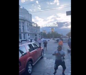 """""""La Chona"""" hace bailar a peatones durante un semáforo rojo en Eje Central"""
