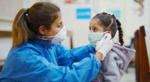 Niños portarían hasta 100 veces más el coronavirus que los adultos: estudio